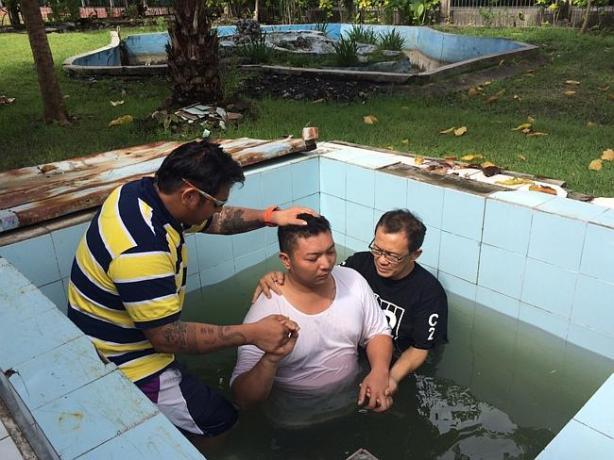 Andrew chan baptises a fellow prisoner inside Kerobokan jail.